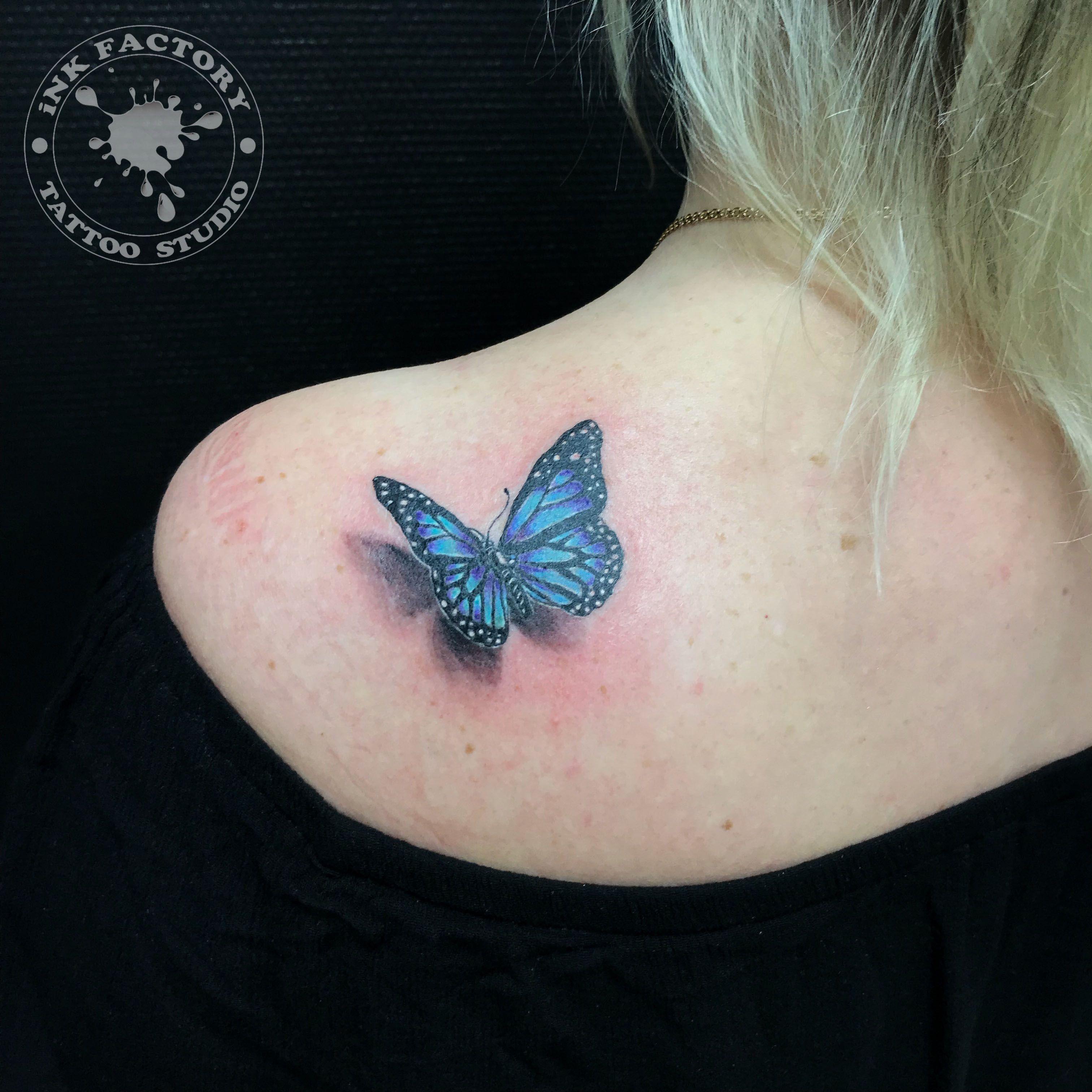 Бабочка на плече