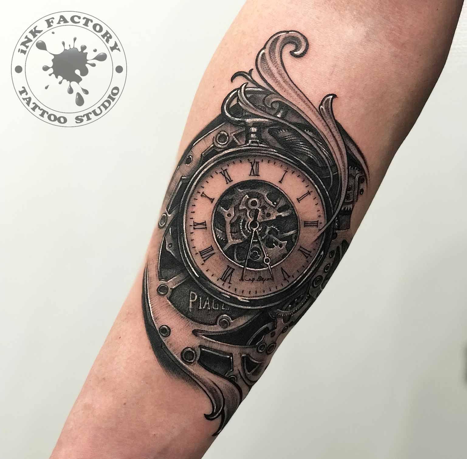 Часы с механизмами и узорами