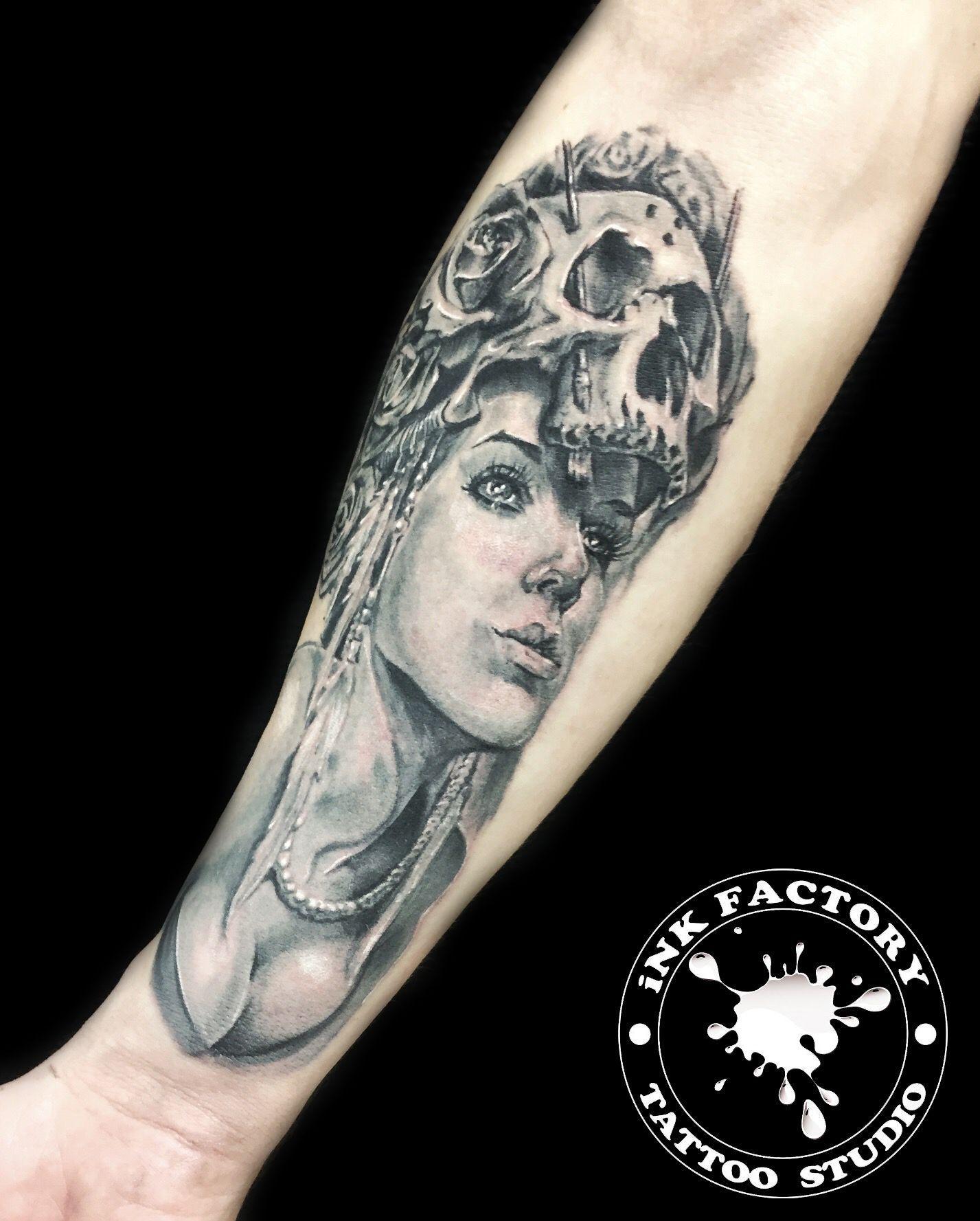 Девушка с черепом