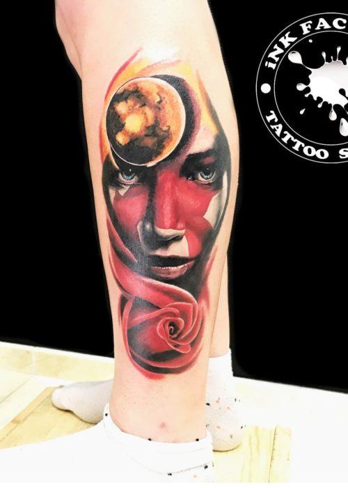 фото тату Девушка с красной розой