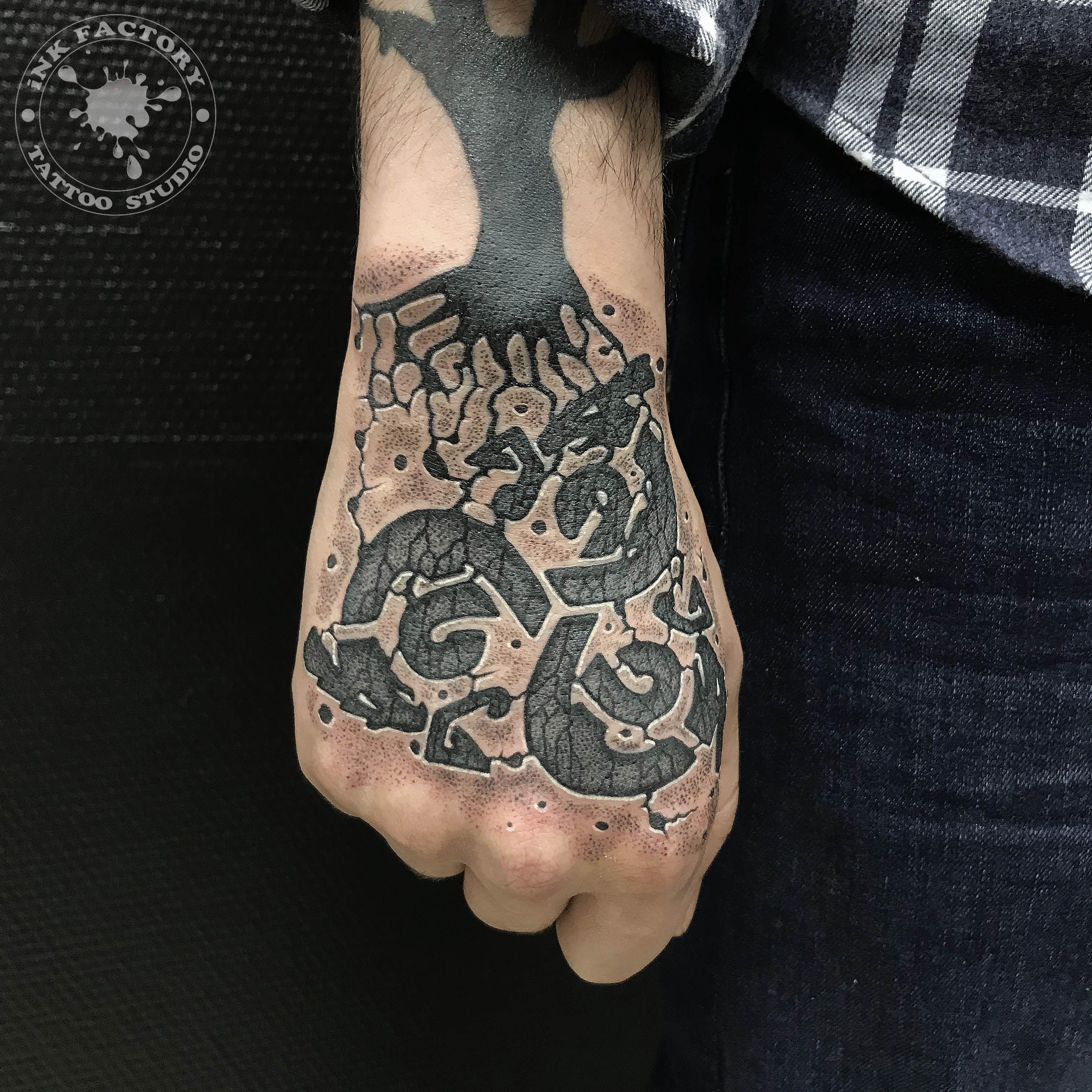 Исправления старой татуировки на кисти