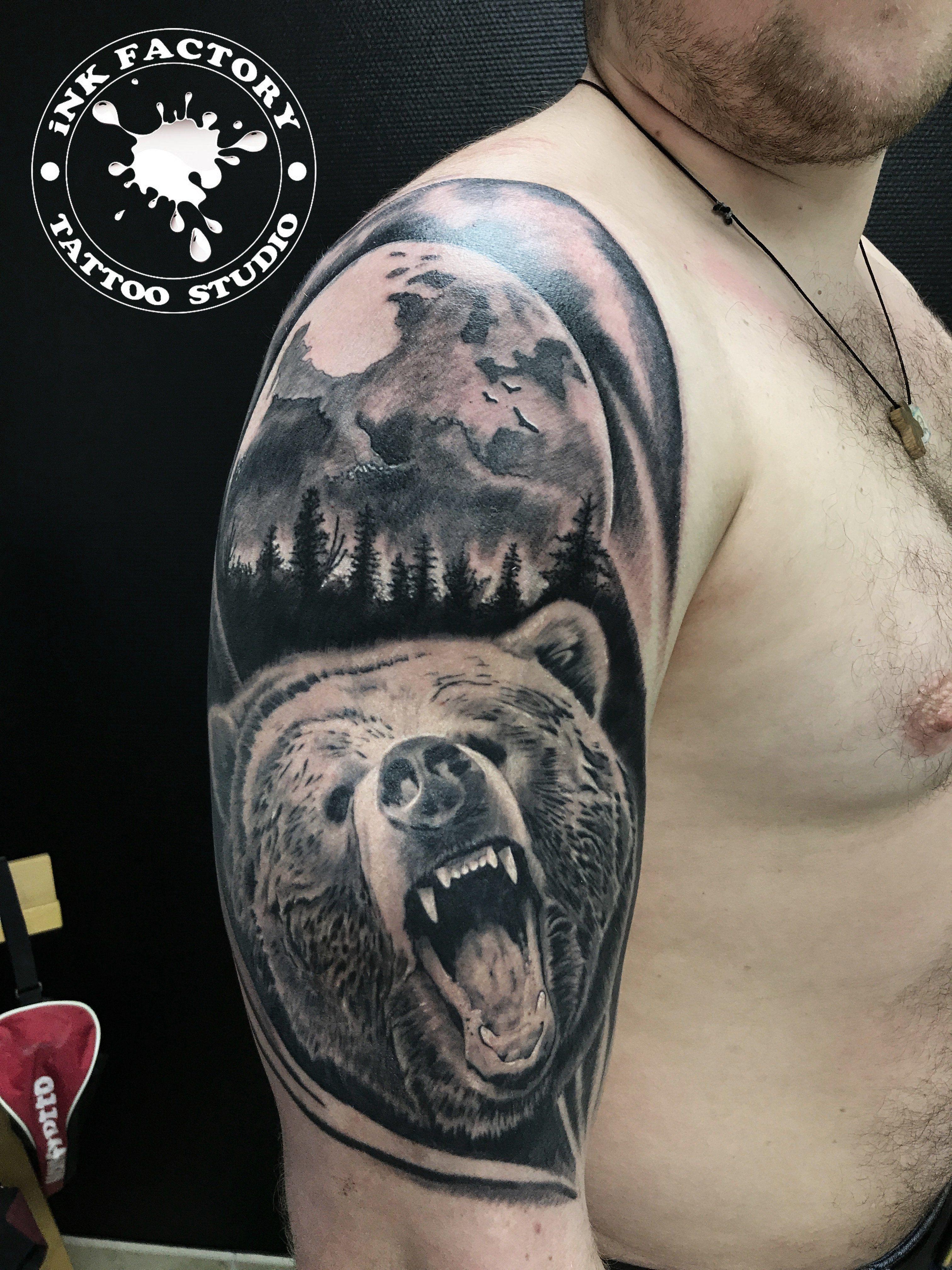 Медведь на фоне луны