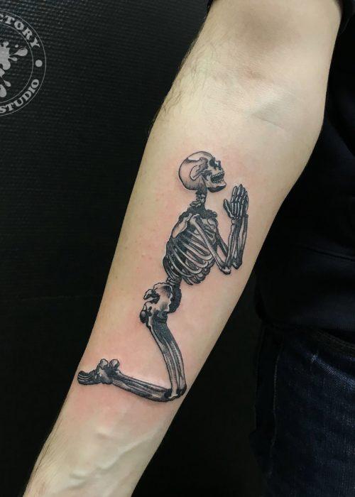 фото тату Молящейся скелет