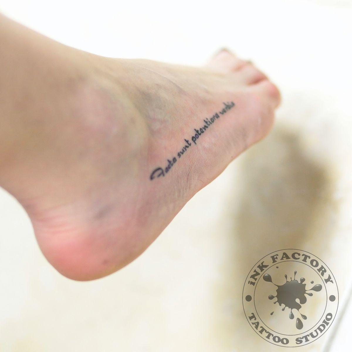 Надпись на ноге