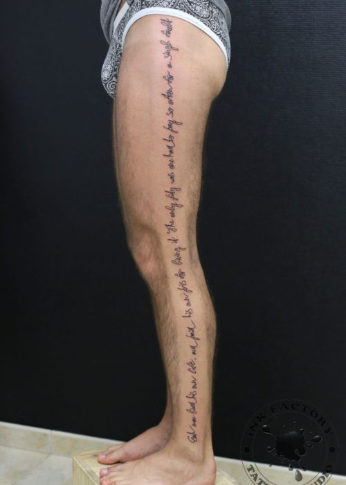 фото тату Надпись на все ногу