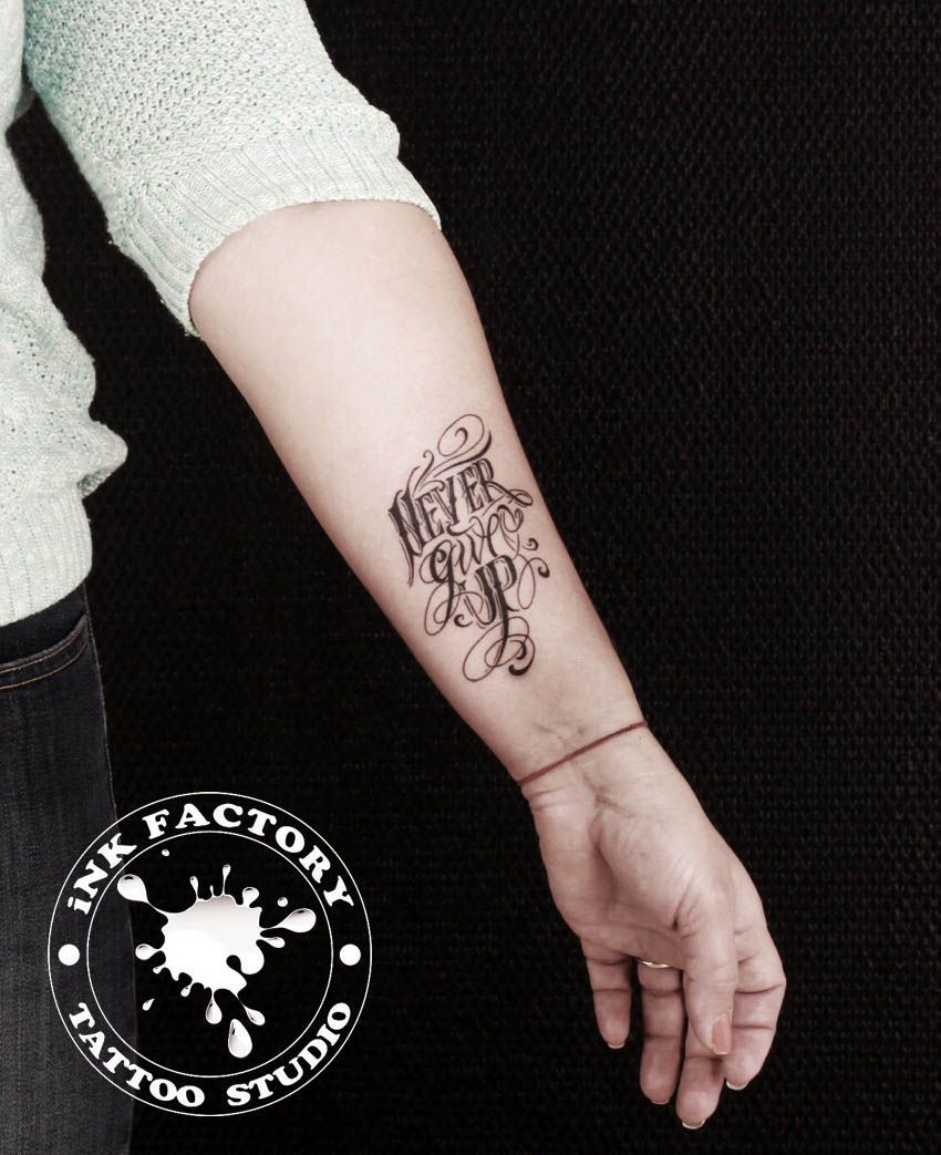фото тату Чёрно-белая татуировка цветы 434