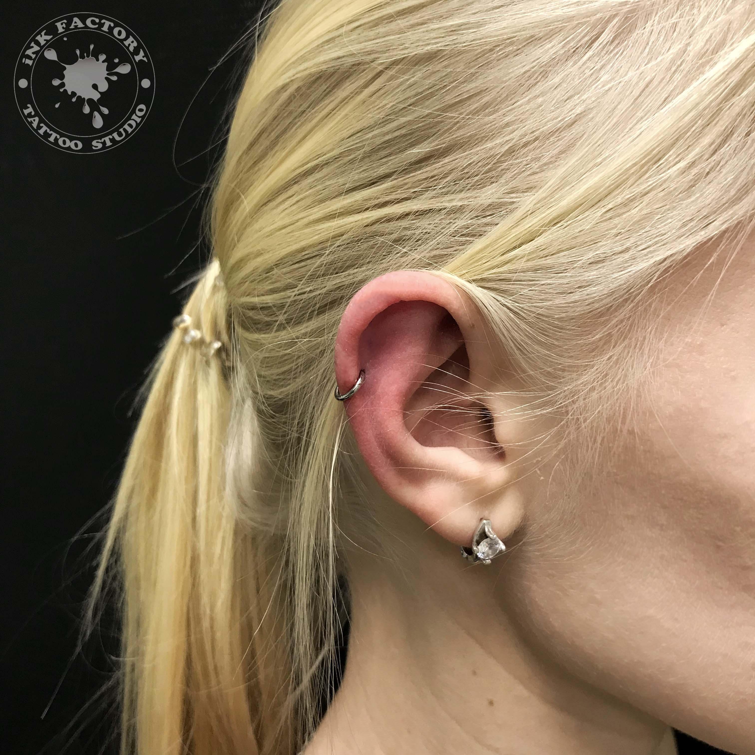 прокол хряща уха - сделано в InkFactory