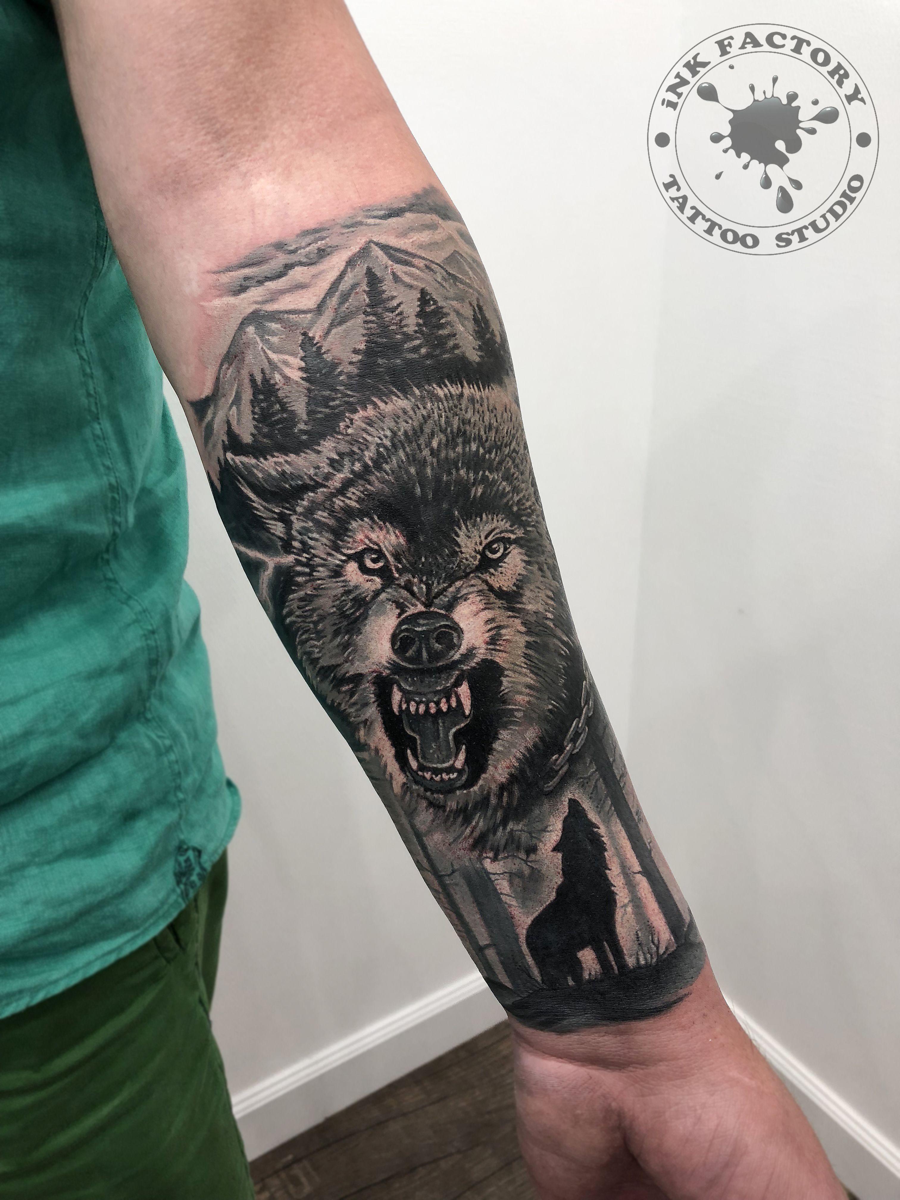 Волк с оскалом