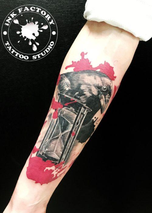 фото тату Ворон с песочными часами