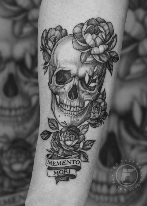 фото тату Татуировка на руке Memento Mori